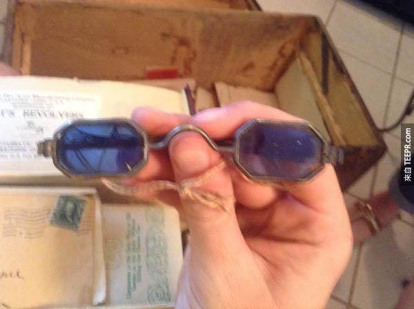 這副染色的藍色眼鏡可能是太陽眼鏡,或者可能是用來看無字天書的...