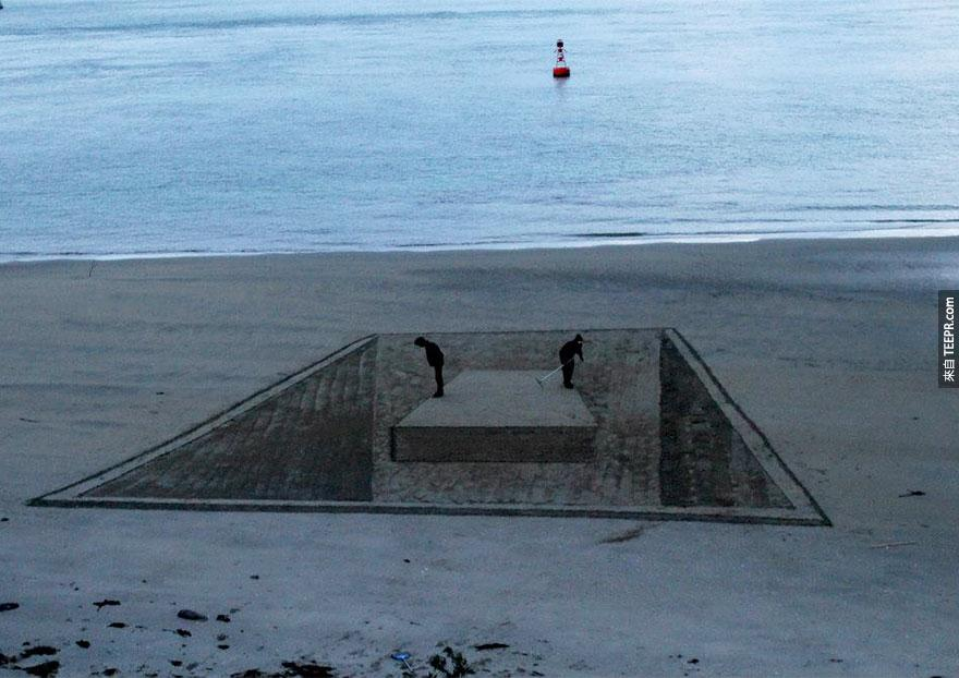 沙灘上這些圖案讓所有的路人都楞住了。不楞住才怪呢!