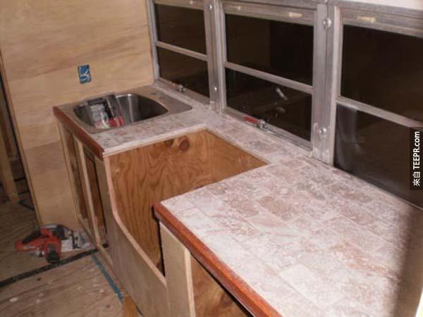 流理臺選用石板製成。