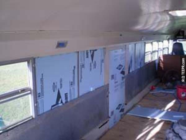 他們還拆掉了部分的窗戶,為了打造新的牆面。