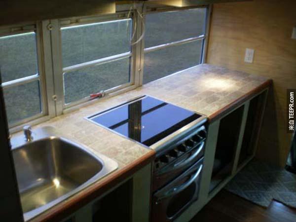 這個豪華廚房看起來比我家的還要好。(羨慕...)