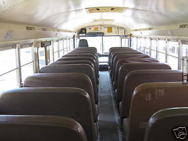 首先當然是要把這一排排的座位拆掉囉,但真的非常費工啊!