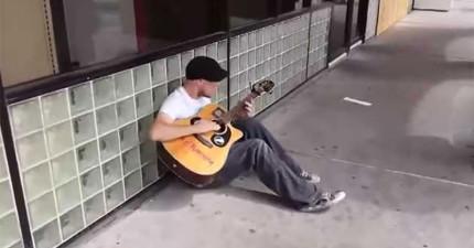 他只是一個人坐在地上彈吉他唱歌,沒想到兩個陌生人跑來顛覆了他的世界。