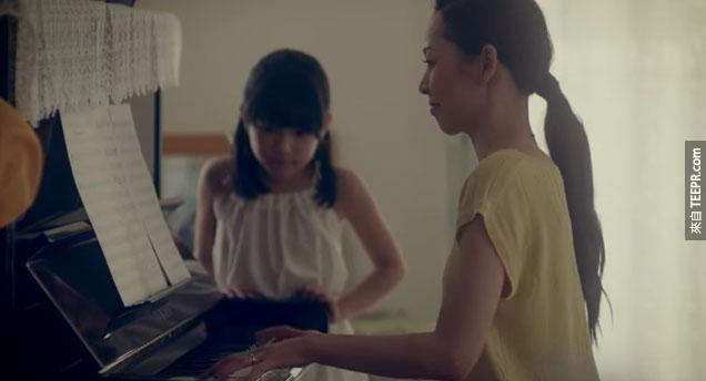 這名父親這麼做是因為以死去的媽媽以前就是用鋼琴維繫整個家庭的感情。