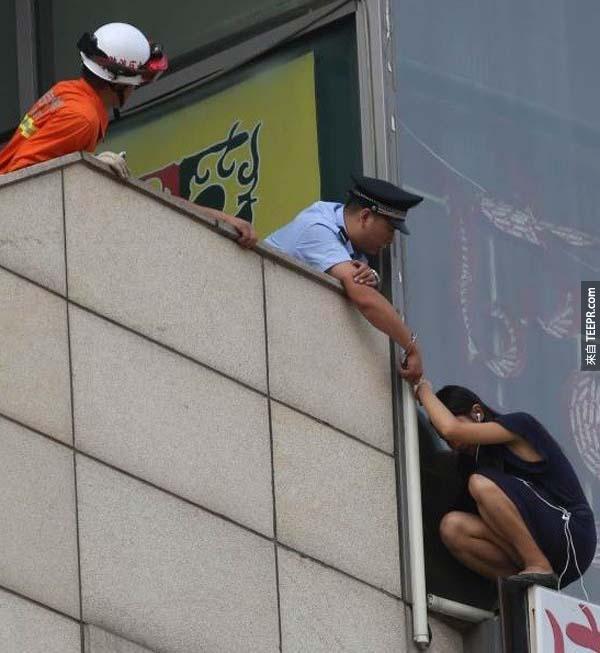 22.) 一位勇敢的警察用手銬搶救這位試圖自殺的女子。