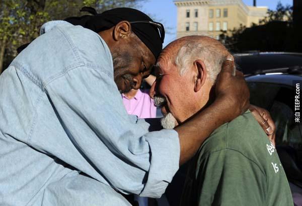 這位男子以擁抱作為他的報酬。