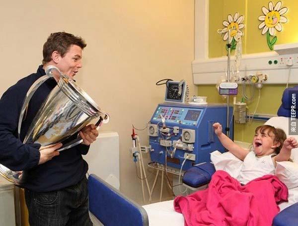 26.) 橄欖球員Brian O'Driscoll 來探訪他醫院中的超級粉絲。