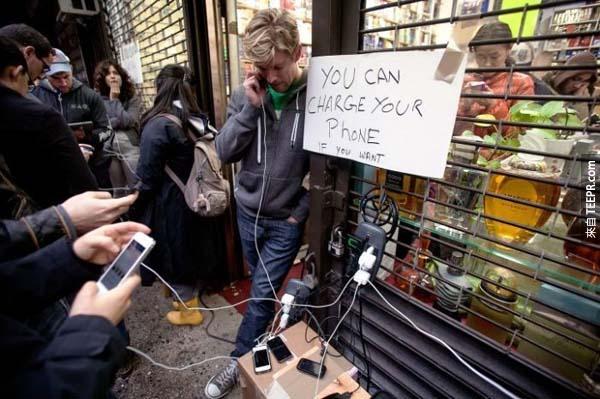 28.) 在珊迪颶風期間,這間商店的老闆讓所有人免費充電。