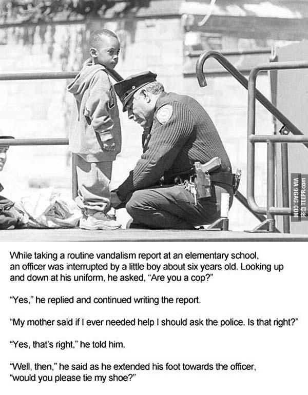 30.)  有一些警察總是做得比他們需要的還要多。這個小朋友問警察可不可以幫他綁鞋帶。這名善心的警察義不容辭地幫助這名小朋友。