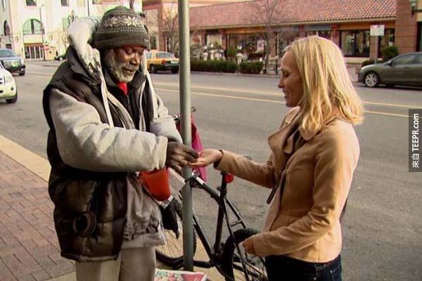 這位戒指的主人捐錢讓這位誠實的男子治療他的腳。