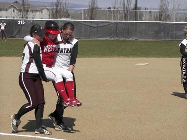 35.) 這位壘球員在受傷後,她的對手將她抬到本壘。