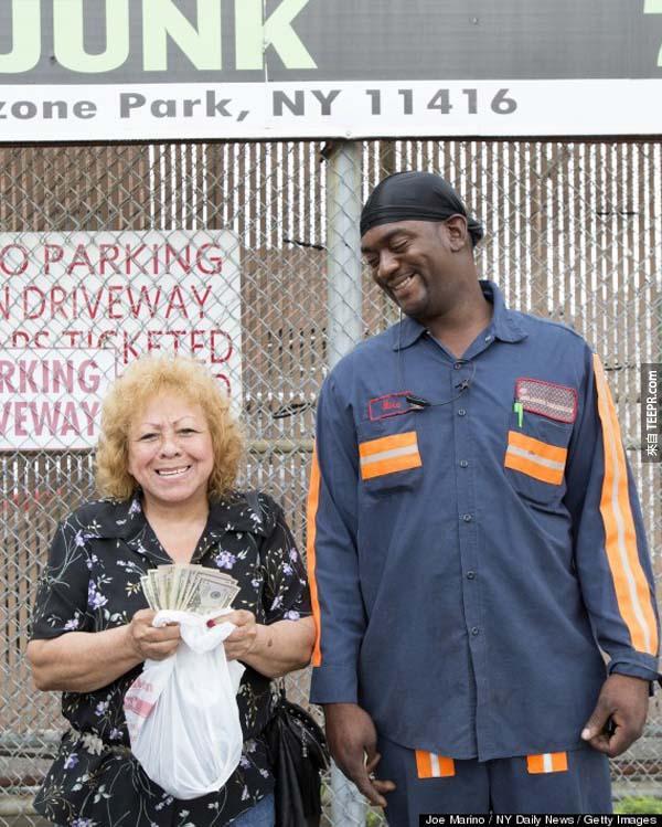 41.) Mike Downer在冰箱中發現這位婦女的儲蓄約$5,000美元,但他堅持將這筆錢物歸原主。