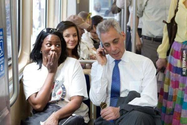 43.) 芝加哥的市長Rahm Emmanuel打斷一位女性的電話工作面試,拿起電話後幫助這名女士拿到那份工作。