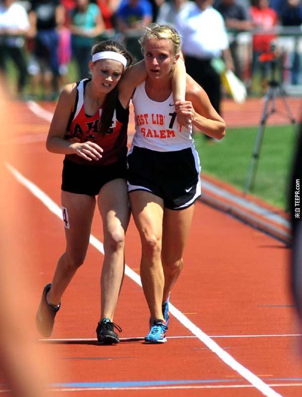 44.) 這位選手的對手在比賽中受傷了,但她仍幫助她一起跨越終點線。