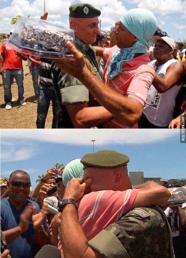 45.) 在巴西的抗爭期間,一位警察要求抗議者不要在他的生日打架,因此他們給了他一個很大的驚喜。