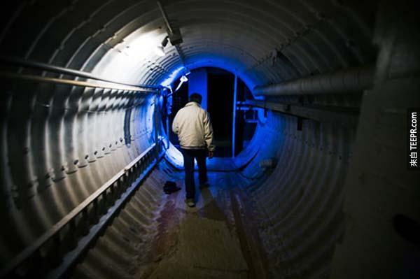 這個已經被改變成住家的地下基地非常大,只有一個通道可以進出,留下很多可以運用的空間。