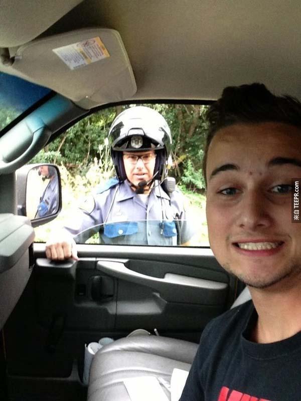 """18.) """"被警察攔下來了...快,這是一個最好的自拍機會!可能他會不開我的罰單!"""""""