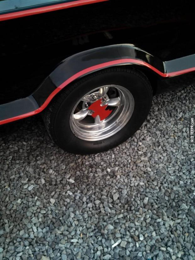 連輪胎蓋上面都有蝙蝠俠的標誌!