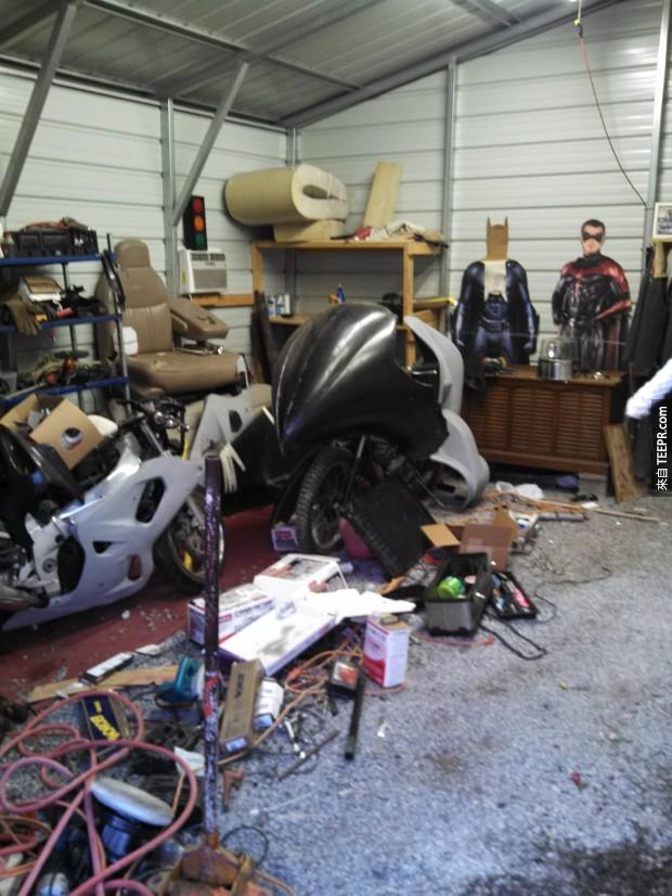 等到他的車庫的時候,你就可以看到他正在建造一台蝙蝠摩托車。