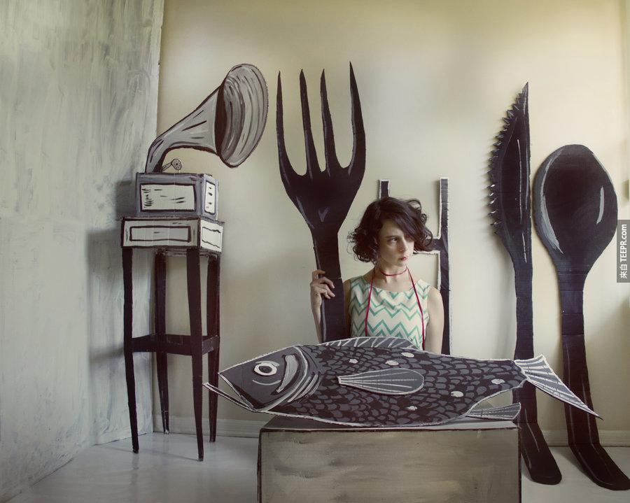 當大家都想要變3D的時候,這個女生反而做相反的。但是超酷的!