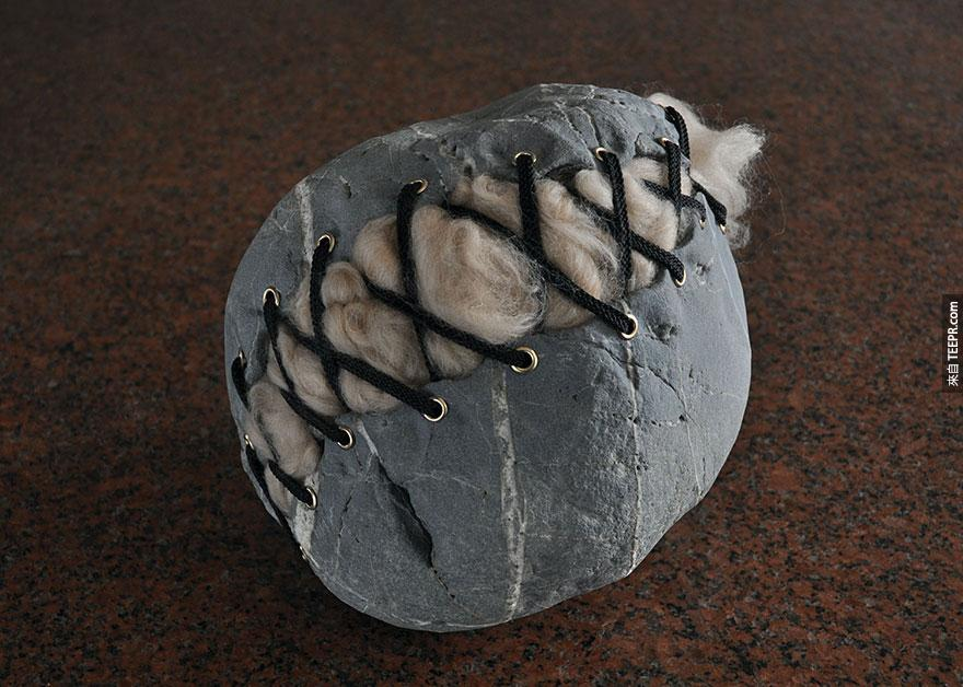 這名藝術家戰勝了物理法則,把這些石頭變得軟趴趴的。