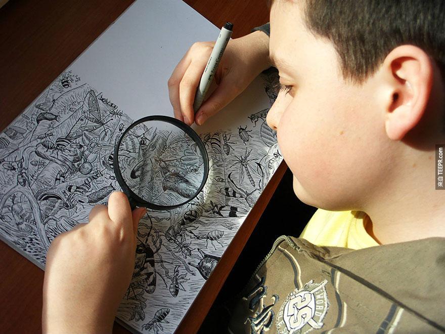 這位小男孩8歲就已經在舉辦個人展覽了。他用代針筆和放大鏡做的事情真的太厲害了!