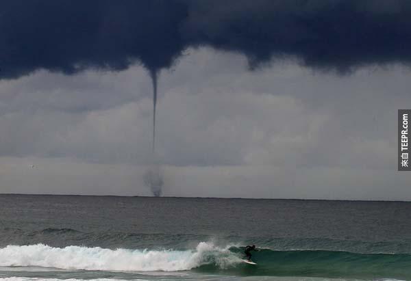 10.) 在澳洲海岸一帶,一位衝浪者在岸邊遇上了海龍捲風。