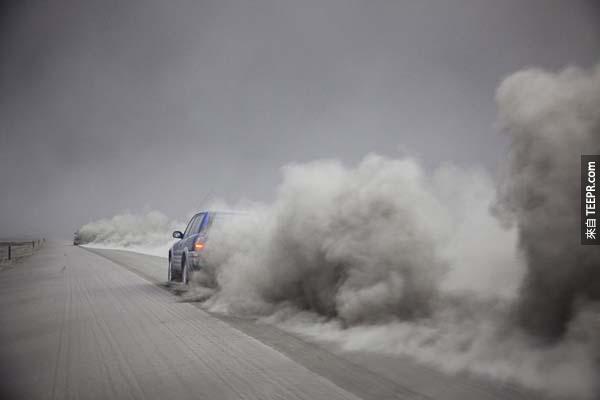 12.) 艾雅法拉火山爆發後,煙霧環繞著冰島。
