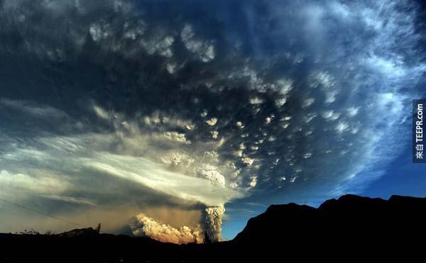 14.) 智利的普耶韋火山,在50年後第一次噴發。