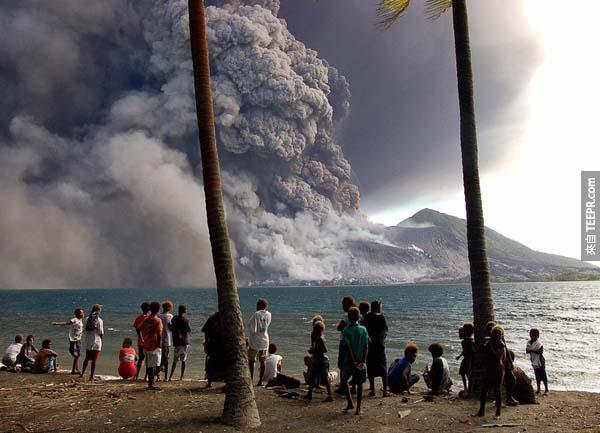 17.) 安全撤退的人們,在岸邊看著新畿內亞塔烏魯火山噴發。