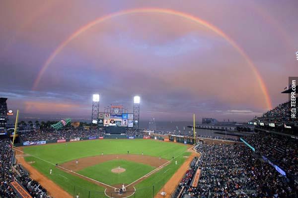 19.)在球賽期間,一道彩虹跨越了舊金山的城市。