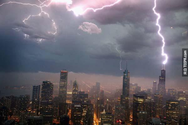 2.) 在暴風雨中,閃電擊中了芝加哥威利斯大廈。