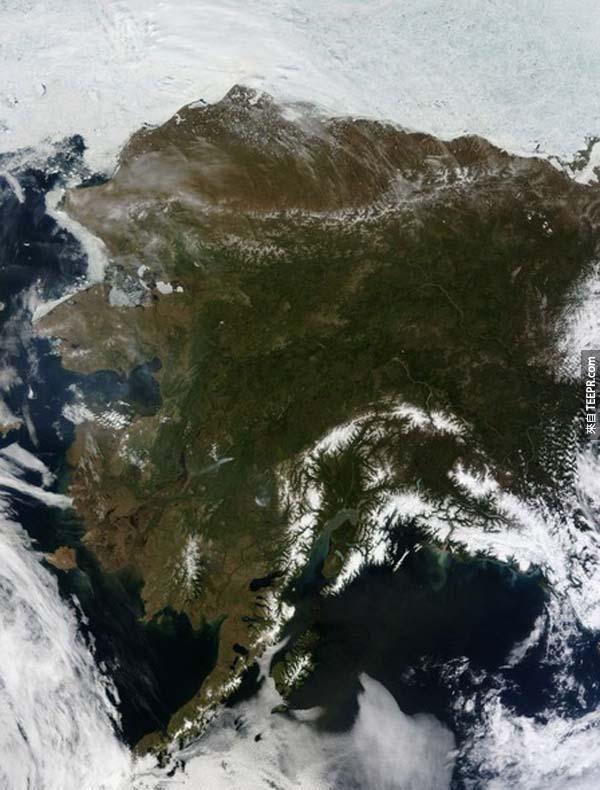 20.) 從外太空向下俯瞰,整個阿拉斯加晴朗無雲。