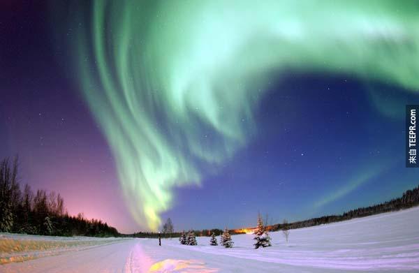 4.)美麗的極光照亮阿拉斯加的天空。