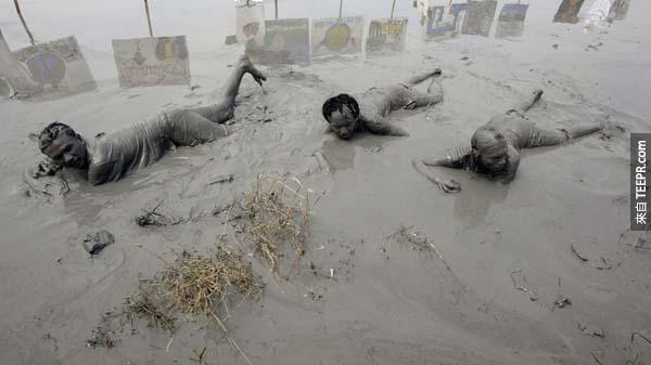 5.) 受難者浸泡在印度尼西亞泥火山所噴發出來的「泥池」當中,看這張照片就可以知道當時的情況多麼的險惡。