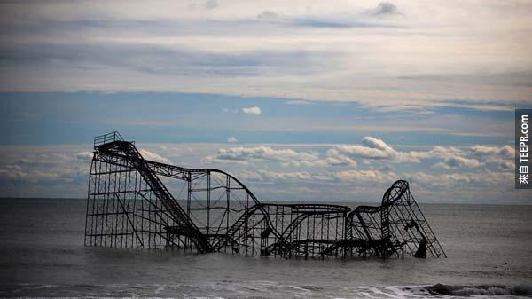 6.) 珊迪颶風席捲紐澤西過後,一座雲霄飛車漂流到海外。