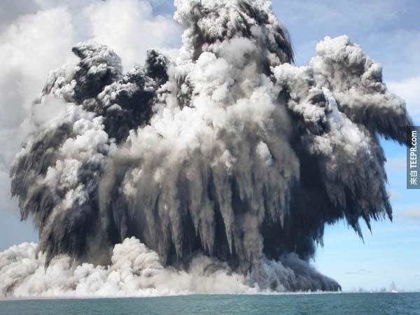8.) 東加的海底火山爆發。