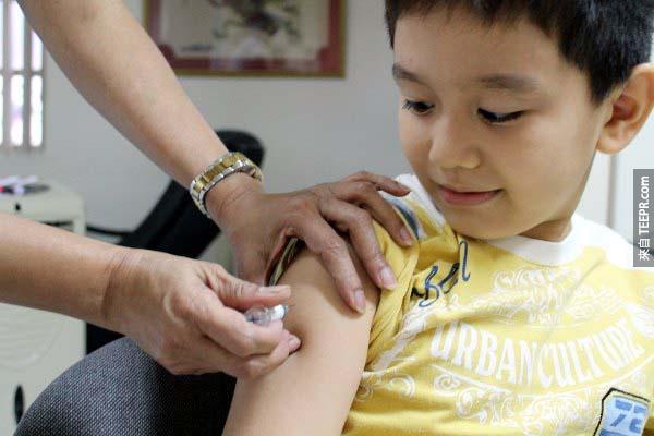 在他開始為狗狗工作時,他會先打狂犬病的疫苗。