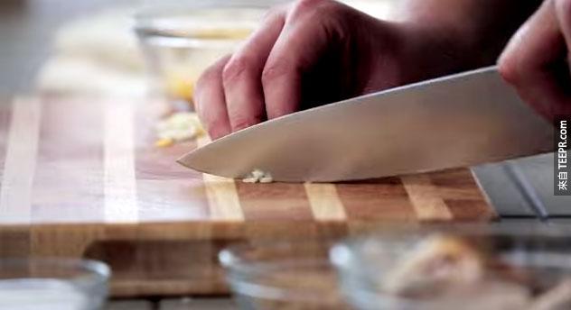 這名男子做了超迷你版的墨西哥捲餅給他的黃金鼠。接下來發生的事情會讓你一整天心情大好!
