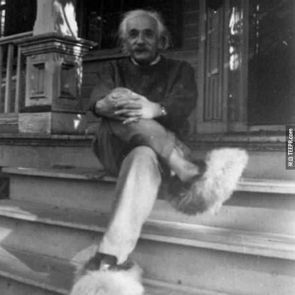 14)愛因斯坦和他的毛茸茸的鞋子。