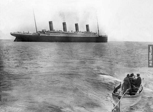 18)泰坦尼克號沉沒(1912年)前的最後一張照片。