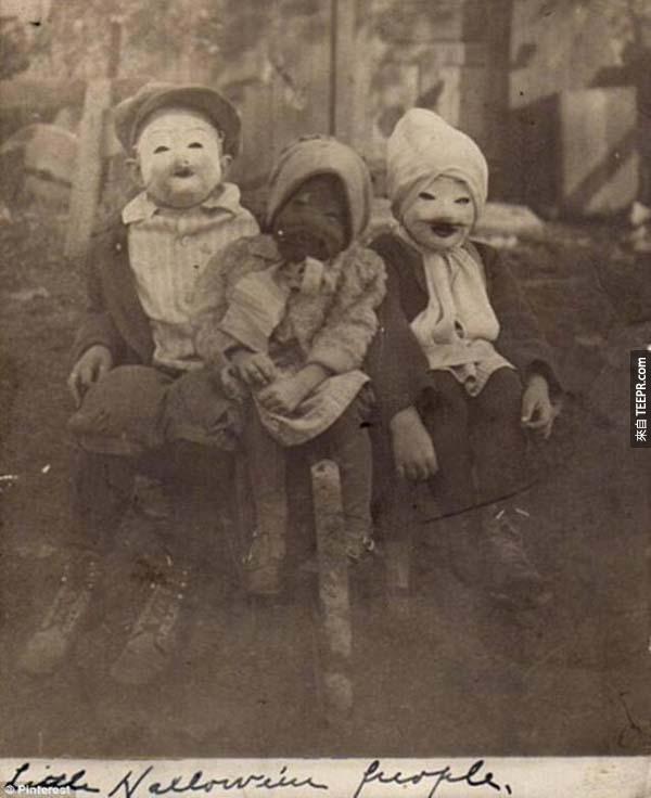 """7)。三個孩子和他們的怪異的""""萬聖節人""""服飾(1900)。"""