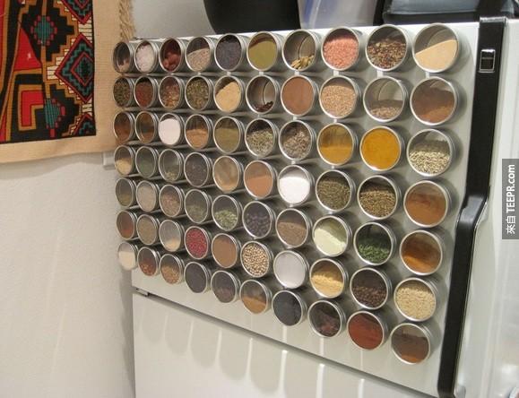 22. 櫥櫃與抽屜都沒有多餘的空間了?在冰箱上設計一個香料架吧。