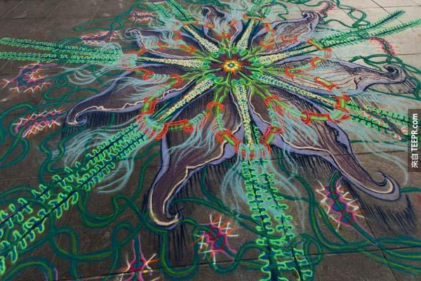 這個人用彩色沙子創造出最不可思議的巨型藝術。最有趣的是,只要風一吹...