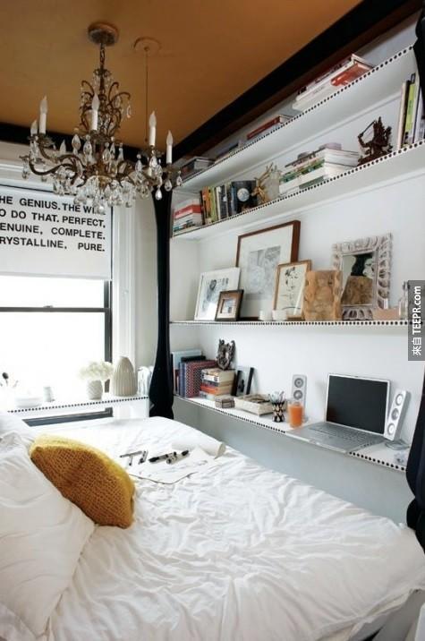 20. 在地板到天花板間放置架子,可以讓你的房間看起來更有設計感,也可以為你的電腦、電視與相框騰出來空間喔。