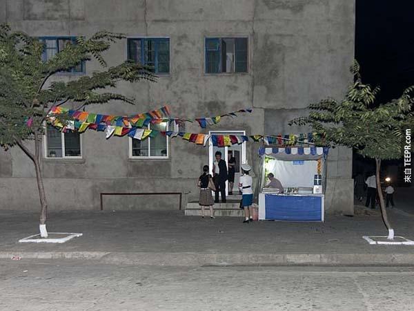 在北韩,很多人还不习惯现代科技,像是手机、快照相机甚至是汽车。