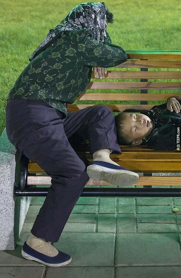 北韩的守卫要求删除这张照片,因为他们怕摄影者将这位流离失所的母子报导出去。