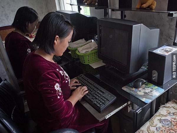 当导游看到你拍摄这张家庭成员在使用电脑的照片时,他们会很开心,但是很明显,他们家里连电都没有...