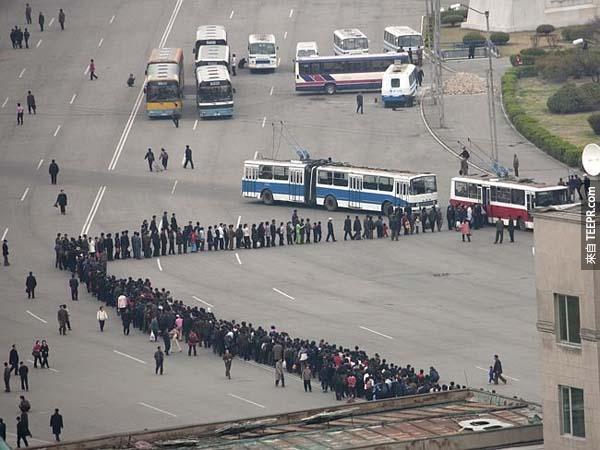 这是一群要搭公车的人所形成的队伍。