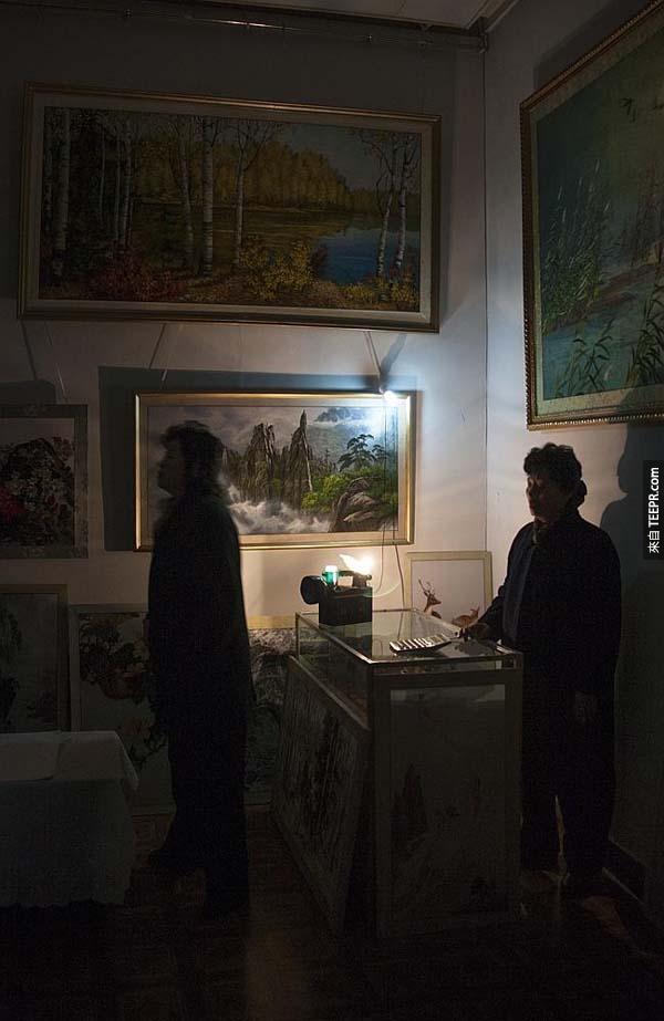 「在平壤的艺术中心,我们遇到了停电,北韩人很不想要让我们看到这个场景,所以当停电发生时,他们会告诉你那是因为美国人对他们进行禁运的制裁,所以他们才没有能源可以发电。」